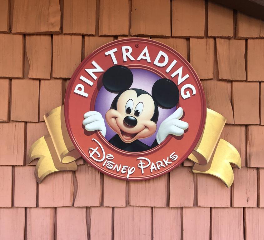 Disney Parks Pin Trading logo