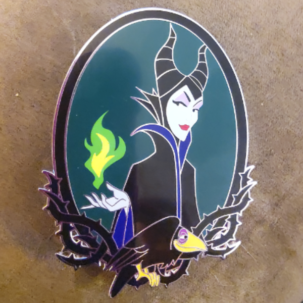 broche Maleficent and the Raven Smiling