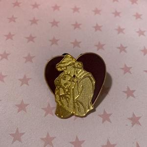 Pocahontas and John Smith - Couple Hearts pin