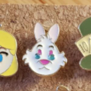 Primark Emoji- White Rabbit pin