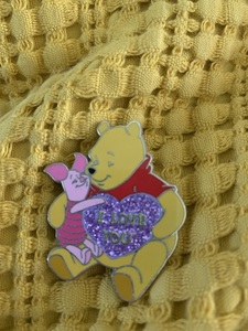 """Winnie the pooh """"I love you"""" glitter"""". pin"""